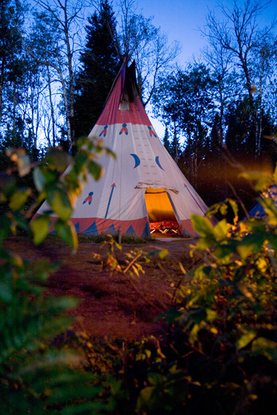 tipi indien faire du camping en tipi dormir dans un tipi avec notre forfait h bergement en tipi. Black Bedroom Furniture Sets. Home Design Ideas